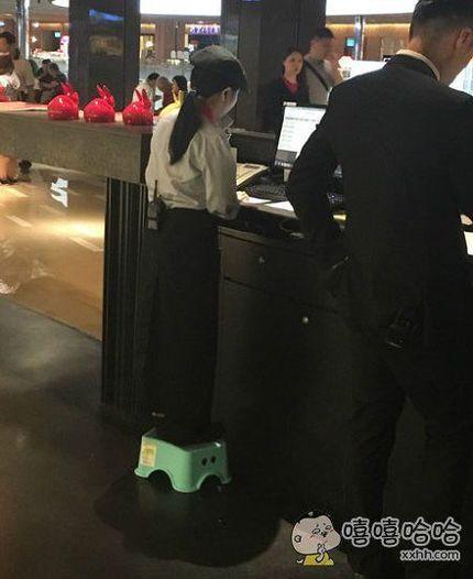 台湾同学拍的:自己打工餐厅的收银员妹子,莫名感觉好萌