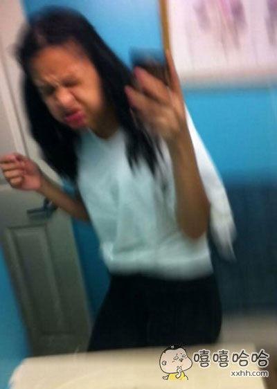 一位妙龄少女在镜子前优雅自拍时,刚好打了个喷嚏