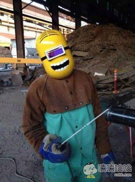 这位大哥将他的焊接面具改装了一下。