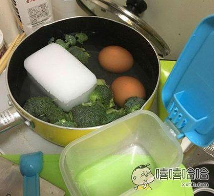 发现盐有些结块,懒得用勺子挖,打算直接往锅里倒一些碎末。。。
