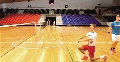 听说羽毛球以后要跪着打了?图片