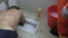 男子捡肥皂 手臂被卡在便池里